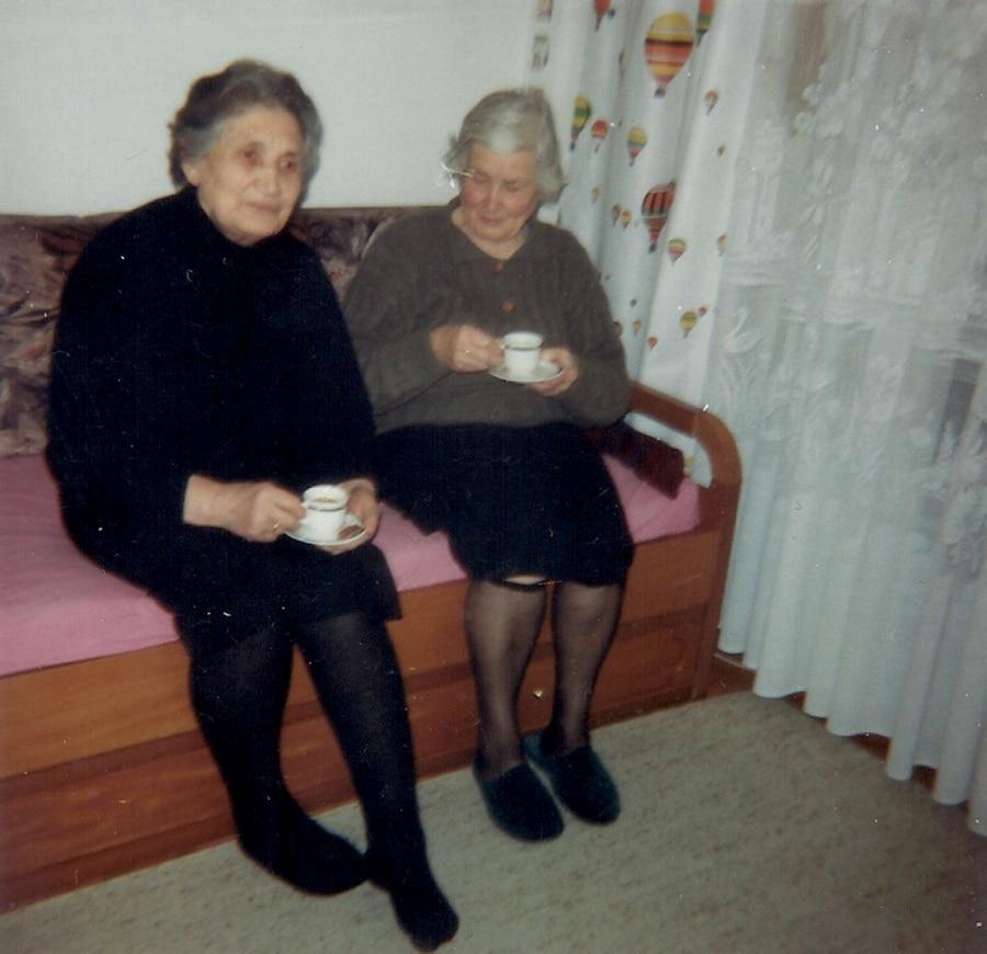 Από αριστερά Πολυξένη (Ασλανίδου) Γριγοριάδου - Μαρίκα (Ασλανίδου) Τριχάχαλου