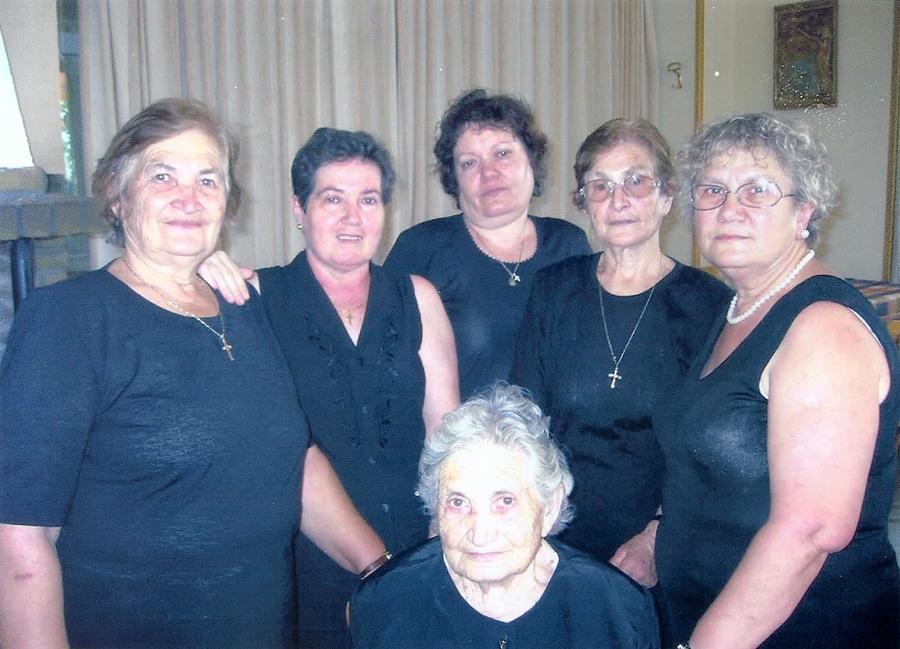 Από αριστερά Γεωργία (Ασλανίδου)Κοτζαμανίδου - Ελένη (Τριχαχάλου) Σαρόγλου - Ολγα (Τριχαχάλου) - Μαρίνα (Ασλανίδου) Ματσάνη - Ζωή (Γρηγοριάδου) - Καθήμενη Πολυξένη (Ασλανίδου) Γρηγοριάδου