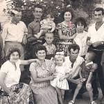 Από αριστερά: όρθιοι, Άγνωστος, Κοτζαμανίδης Δημήτριος, Σεμερτζίδης Βενιζέλος, το μωρό άγνωστο, ο μικρός μπροστά του, Σεμερτζίδης Αλκης, Κοτζαμανίδου Ολγα, Σεμερτζίδου Παγώνα, Τσιφτής Κωνσταντίνος, καθήμενοι από αριστερά: Ασλανίδου Γεωργία, Κοτζαμανίδου Αγάπη, Αγνωστο, Κοτζαμανίδης Ζαχαρίας, άγνωστο